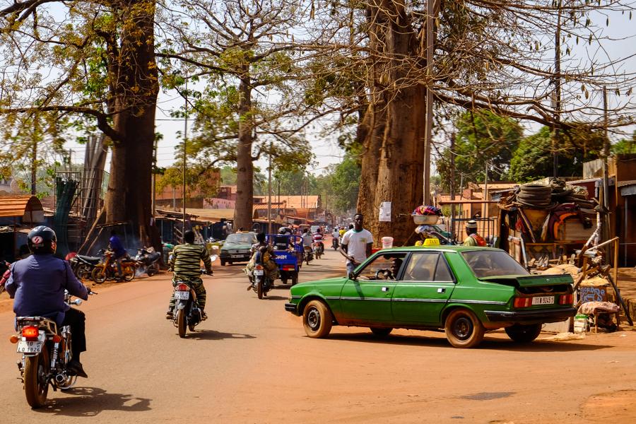 Rue animée de Bobo Dioulasso.