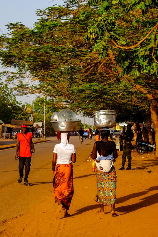 Femmes dans les rues de Bobo Dioulasso.