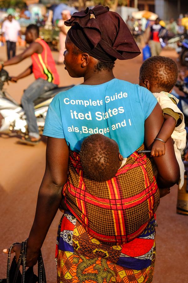 Femme avec ses enfants au marché de Bobo Dioulasso, au Burkina Faso.