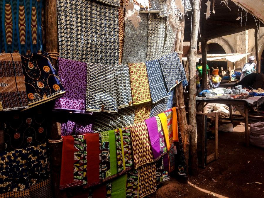 Tissus traditionnels dans un marché au Burkina Faso.