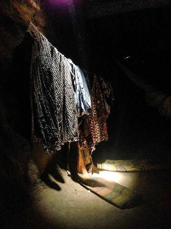 Intérieur de la case d'un féticheur à Kampti.