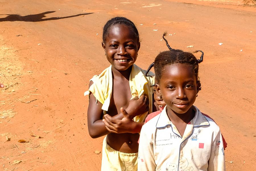 Enfants dans les rues de Banfora au Burkina Faso.