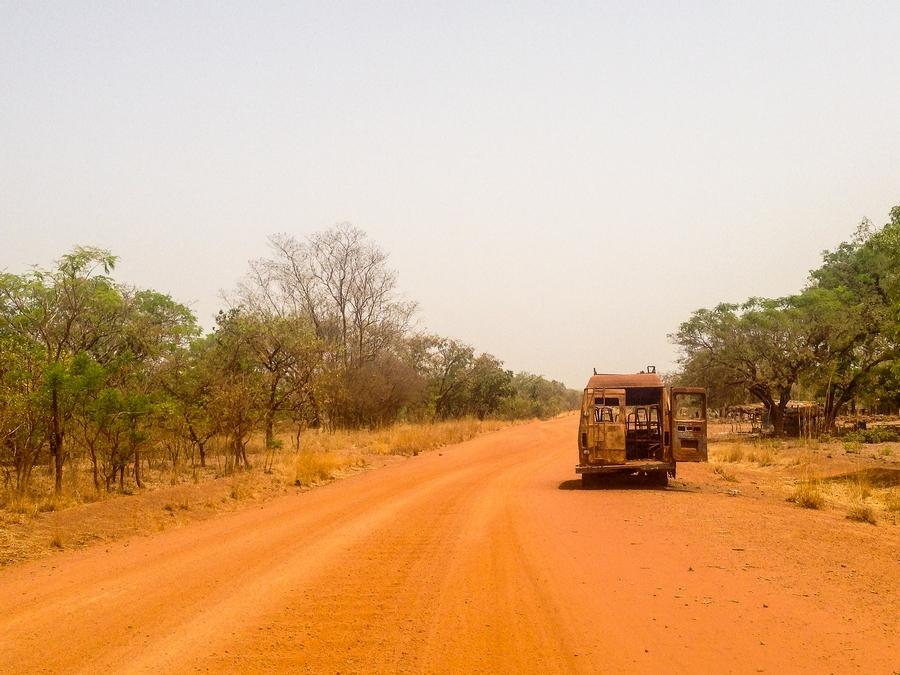 Camion abandonné sur une piste du Burkina Faso.