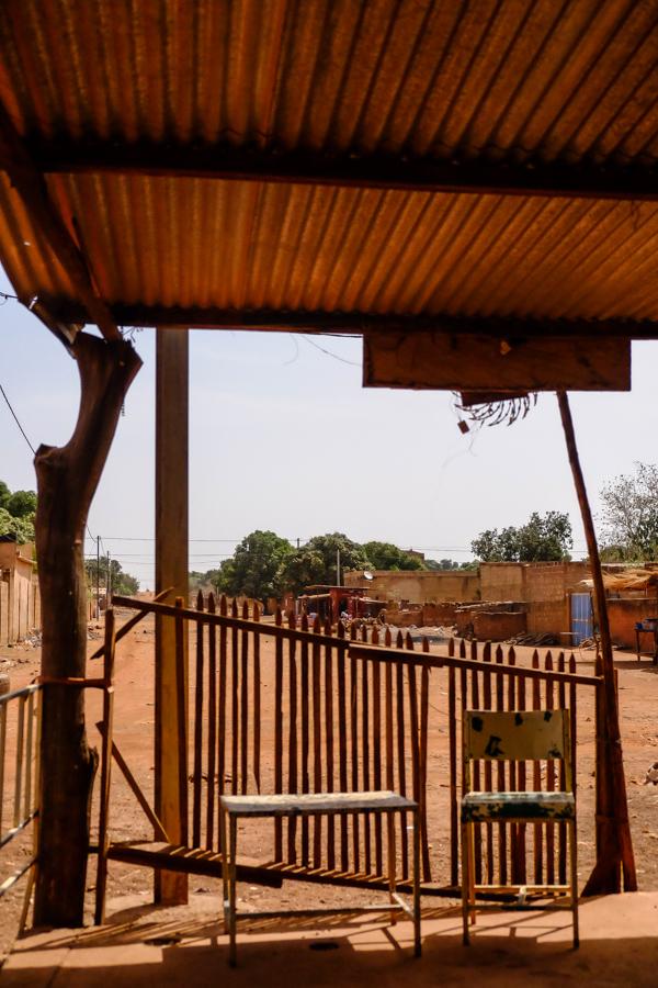 Maquis typique à Koudougou, au Burkina Faso.