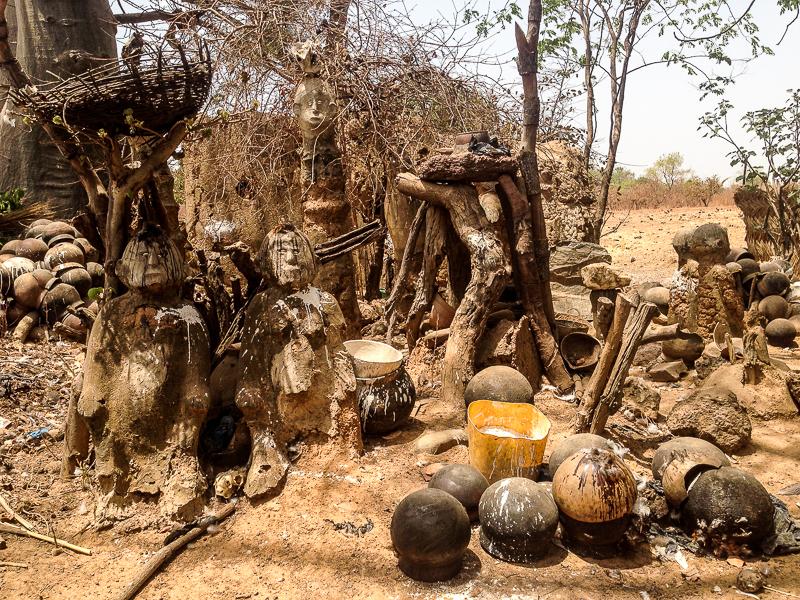 Autel des fétiches devant la case d'un féticheur au Burkina.