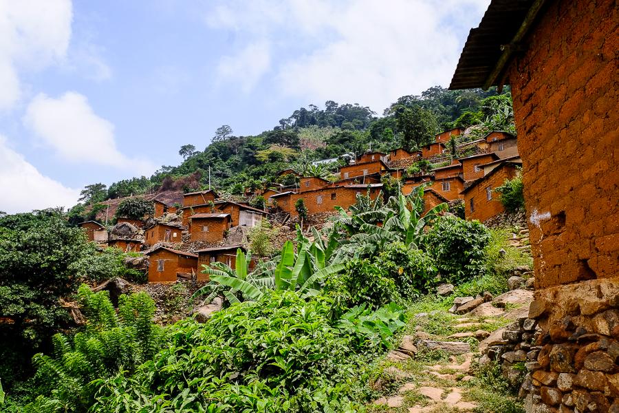 Village ocre près de Kpalime, au Togo.