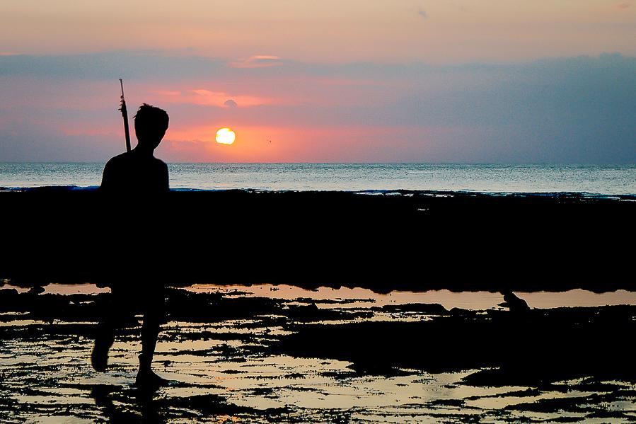 Pêcheur sur la plage à Bali.