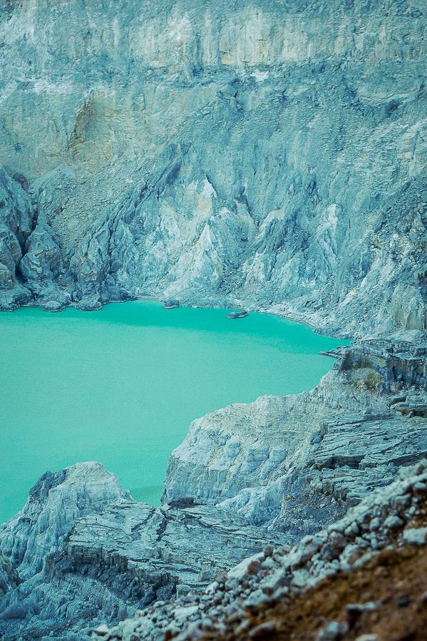 Le lac d'acide sulfurique du Kawah ijen, Indonésie.