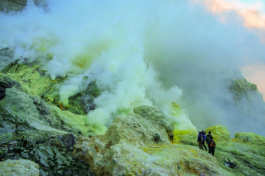 Fumées de soufre du Kawah Ijen, Java, Indonésie.