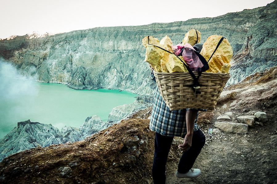 Ouvrier transportant du soufre dans le Kawah Ijen, Java, Indonésie.