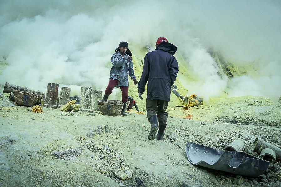 Ouvriers dans les vapeurs de soufre. Kawah Ijen, Java, Indonésie.