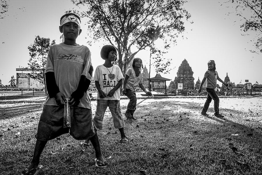 Enfants à Prambanan, Java, Indonésie.