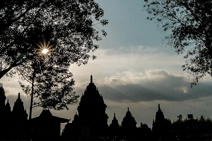 Coucher de soleil au temple de Prambanan, Indonésie.