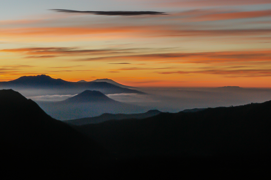 Lever de soleil sur la vallée du volcan Bromo. Java, Indonésie.
