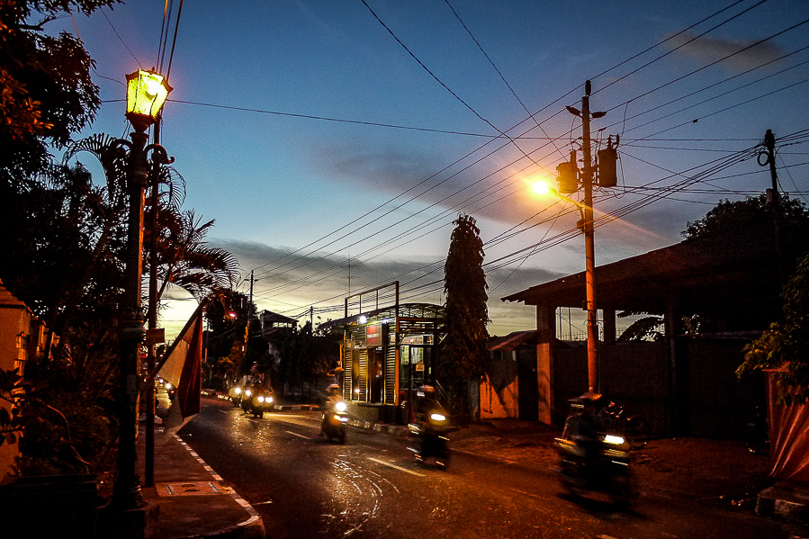 Rue de nuit à Yogyakarta, Indonésie.