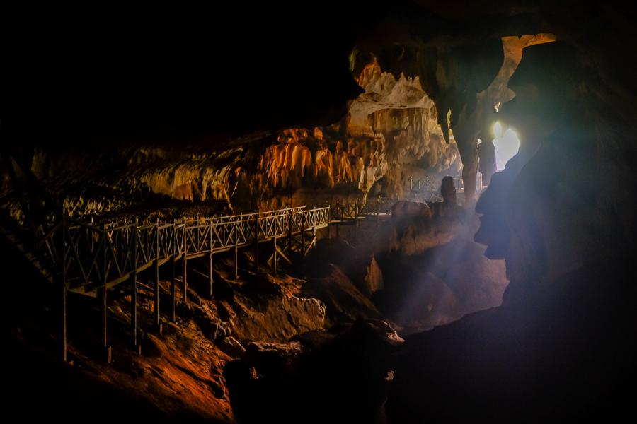 Rais de lumières dans la Wind cave, à Bornéo, Malaisie.