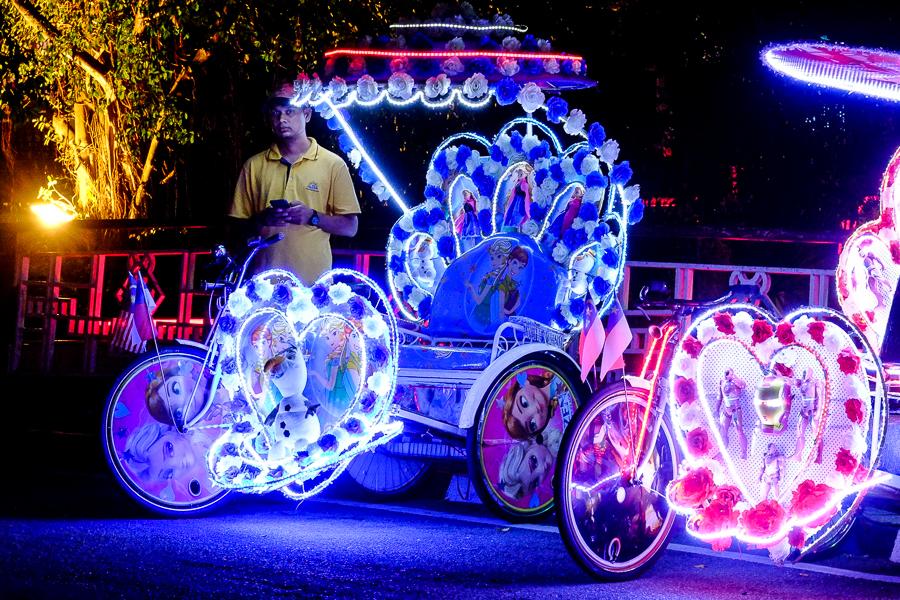 Les tuk tuk lumineux de Malacca, Malaisie.