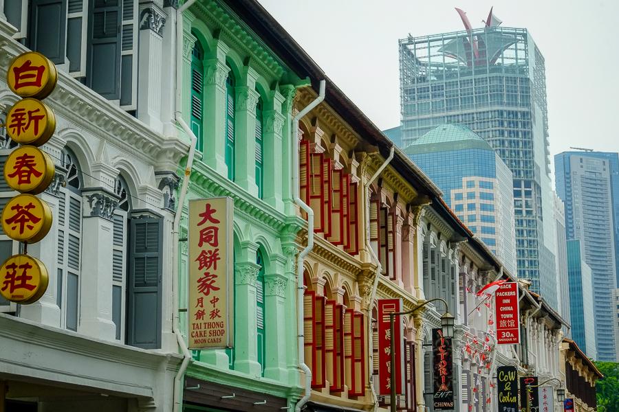 Contraste entre vieux et nouveaux bâtiments à Singapour.