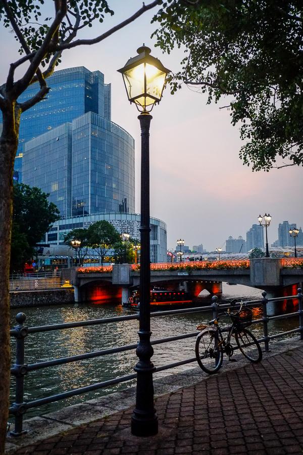 Quais de Singapour à la nuit.