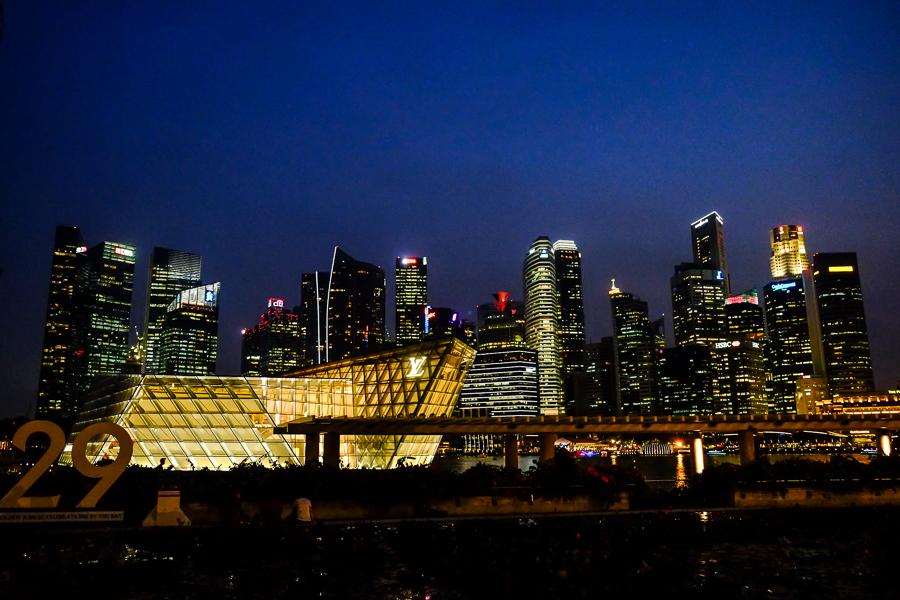 La skyline de Singapour à la nuit tombée.