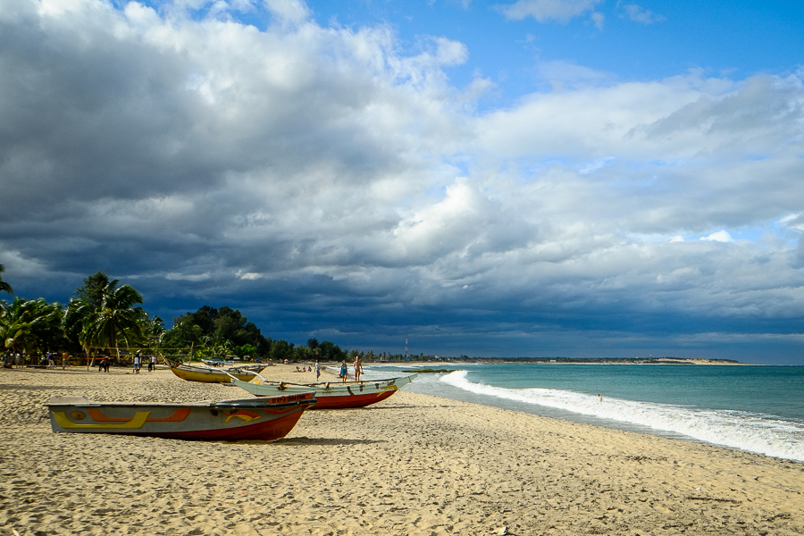 Bateau sur la plage d'Arugam Bay au Sri Lanka.