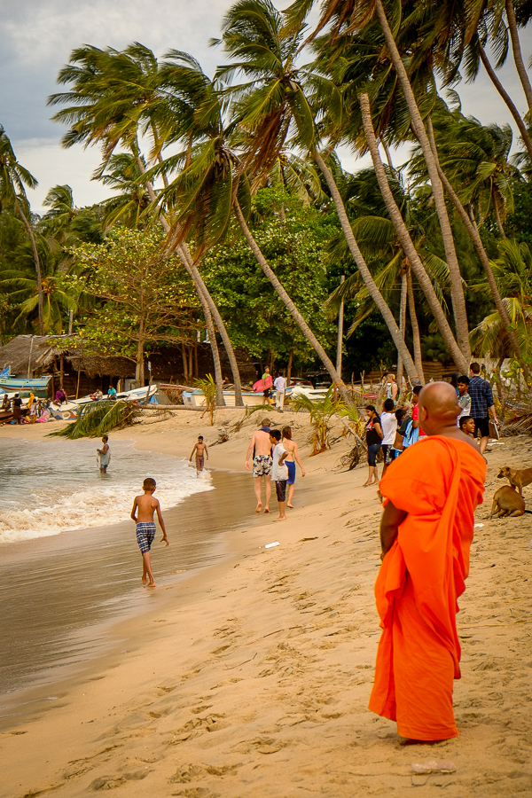 Moine bouddhiste sur la plage d'Arugam Bay au Sri Lanka.