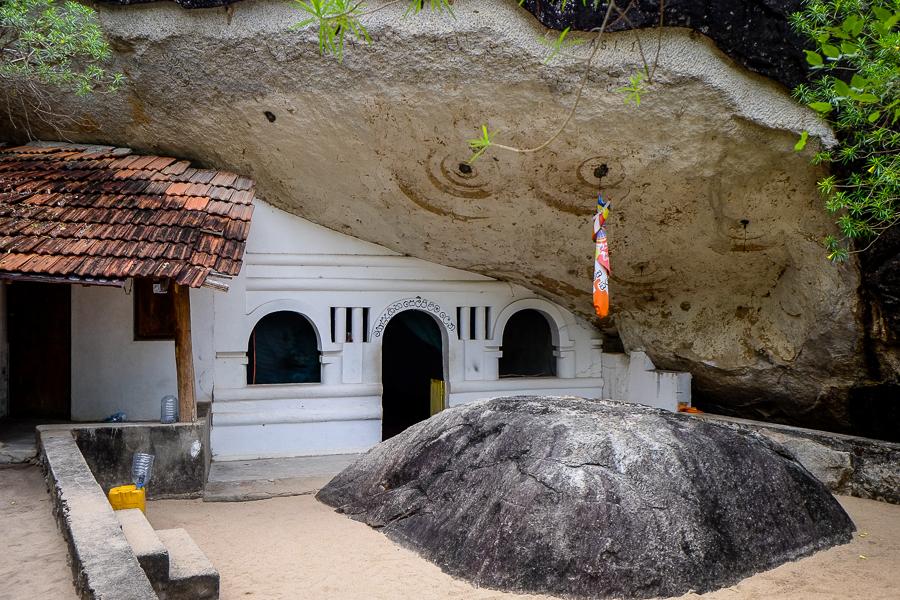 Temple bouddhiste dans la roche au Sri Lanka.