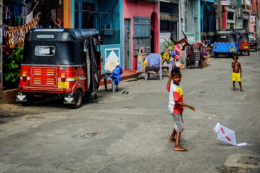 Enfants au cerf-volant dans les rues de Colombo au Sri Lanka.