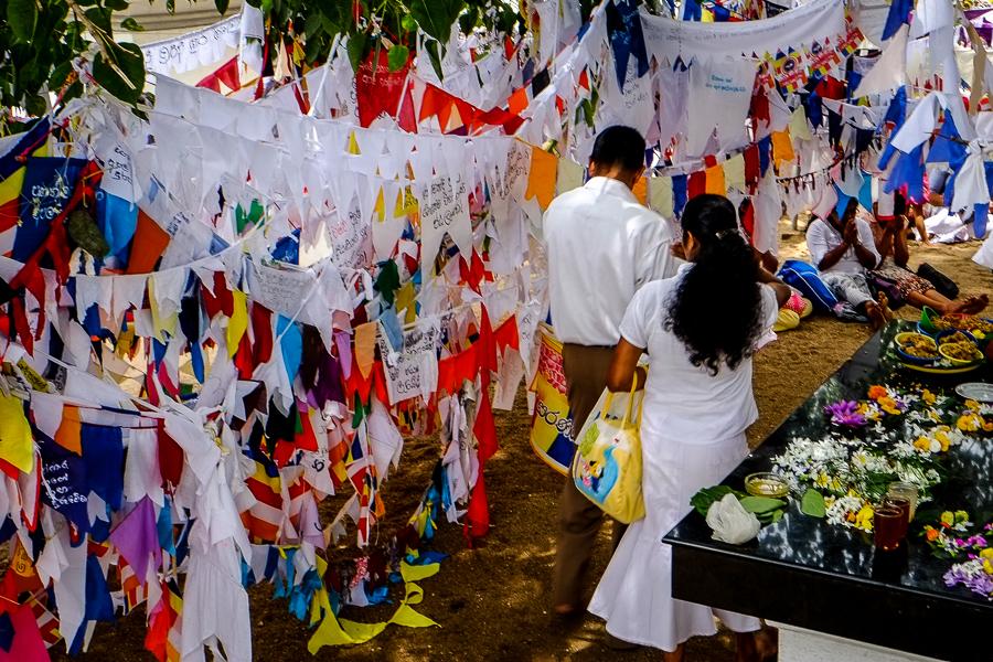 Fanions au temple de la dent de Kandy au Sri Lanka.