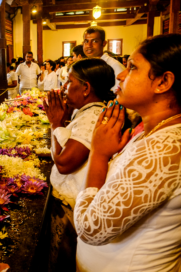 Prières dans le temple de la dent à Kandy au Sri Lanka.