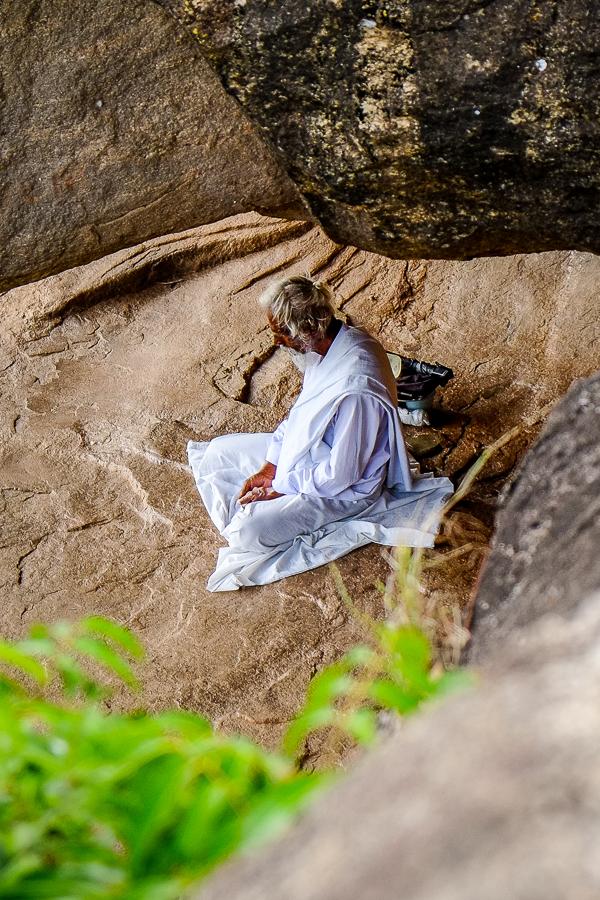 Moine bouddhiste en méditation au Sri Lanka.