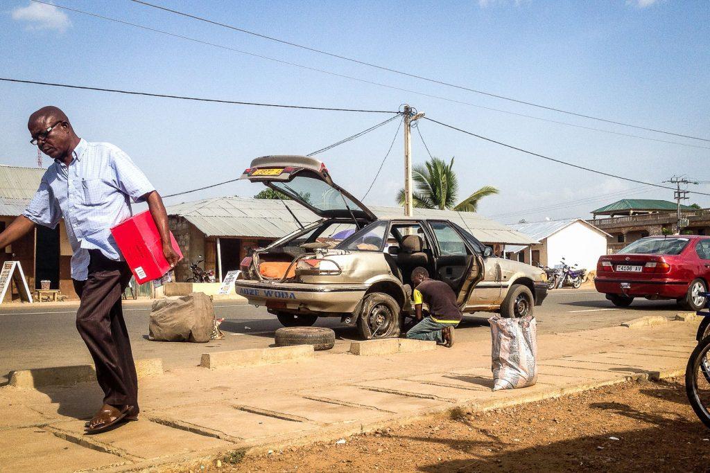 Réparation de taxi-brousse au Togo.