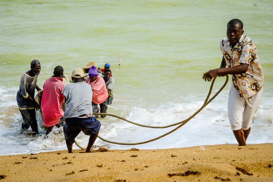 Pêcheurs sur la plage d'Aneho, au Togo.