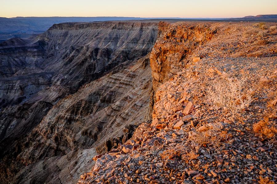 Coucher de soleil sur les pentes du Fish River Canyon en Namibie.